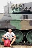 Человек заискивает около танка Стоковое фото RF