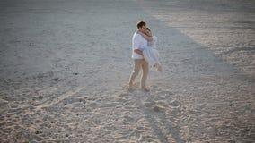 Человек закручивая вокруг его женщину На пляже акции видеоматериалы