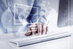 Человек занимаясь серфингом интернет стоковое изображение