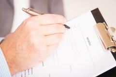 Человек заполняя вне немецкий договор об аренде, Mietvertrag Стоковая Фотография RF