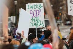 Человек задерживает протест подписывает внутри социальную справедливость март Атланты Стоковое Изображение