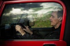 Человек за колесом в автомобиле Стоковая Фотография