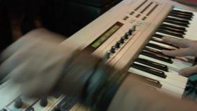 Человек за синтезатором играет ключи Рок-группа выполняет на партии ночного клуба сток-видео