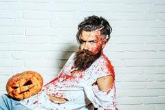 Человек зомби с тыквой хеллоуина Стоковая Фотография RF