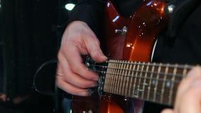 Человек играет гитару, руки сток-видео