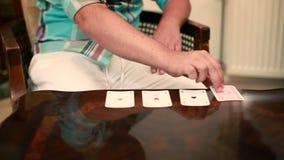 Человек играет карточки сток-видео