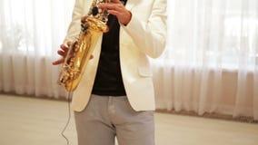 человек играет саксофон акции видеоматериалы