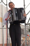 Человек играя аппаратуру аккордеони стоковые изображения rf