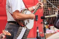 Человек играя банджо Стоковая Фотография