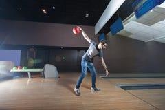 Человек играя боулинг Стоковое фото RF