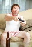 Человек играя видеоигру Стоковая Фотография RF