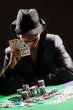 Человек играя в темном казино стоковое изображение