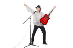 Человек играя гитару и изолированный петь Стоковая Фотография