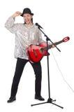 Человек играя гитару и изолированный петь Стоковые Изображения RF
