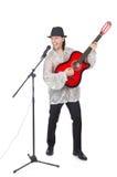 Человек играя гитару и изолированный петь Стоковые Изображения