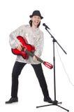 Человек играя гитару и изолированный петь Стоковые Фото