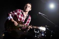 Человек играя гитару Стоковые Изображения RF