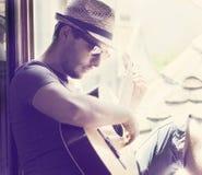 Человек играя гитару Стоковые Изображения