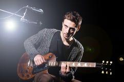 Человек играя гитару Стоковая Фотография RF