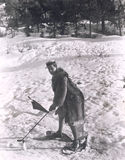 Человек играя гольф в снеге Стоковые Фото