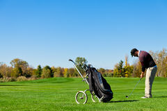 Человек играя гольф Стоковые Изображения RF