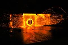 Человек играя жезл огня в предпосылке текстуры Стоковое Изображение RF