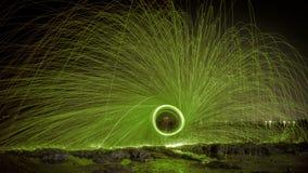 Человек играя жезл огня в предпосылке текстуры Стоковая Фотография