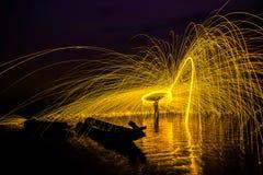 Человек играя жезл огня в предпосылке текстуры Стоковые Изображения RF