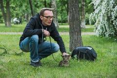 Человек играя кота внешнего Стоковое Изображение RF