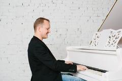Человек играя на рояле Стоковые Изображения RF