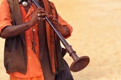 Человек играя на этническом музыкальном инструменте Стоковая Фотография
