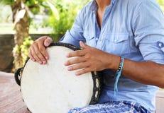 Человек играя на djembe Стоковое Изображение
