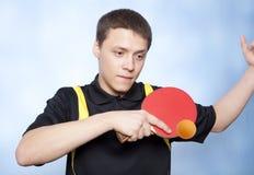 Человек играя пингпонг Стоковые Фото
