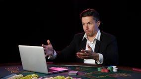 Человек играя покер онлайн и теряет конец вверх видеоматериал