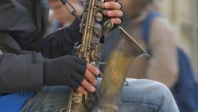 Человек играя саксофон на улице сток-видео
