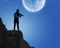 Человек играя скрипку Стоковая Фотография RF