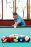 Человек играя фокус биллиардов на шариках Стоковая Фотография RF