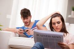 Человек играя чтение женщины Стоковое фото RF