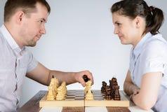 Человек играя шахмат против девушек Стоковые Изображения