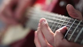 Человек играя электрическую гитару с методом загиба видеоматериал