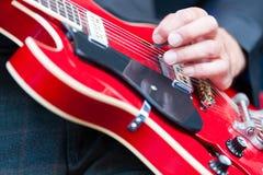 Человек играя электрическую гитару Стоковые Фото