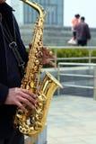 человек играя saxphone Стоковая Фотография