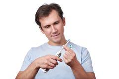 Человек изменяет съемные головы для электрической зубной щетки Стоковое фото RF