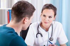 Человек имея медицинскую консультацию Стоковые Фотографии RF