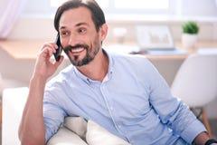 Человек имея переговор на телефоне стоковое фото