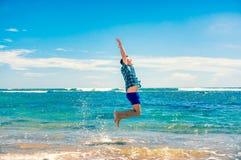 Человек имея потеху на пляже Стоковое фото RF