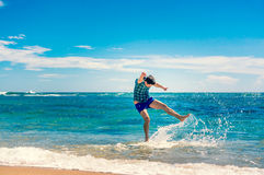 Человек имея потеху на пляже Стоковое Изображение