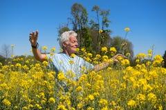 Человек имея свободу в природе Стоковая Фотография RF