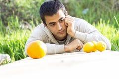 Человек, лимоны и апельсин Стоковые Фотографии RF