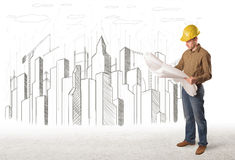 Человек инженера дела с чертежом города здания в предпосылке Стоковые Фотографии RF